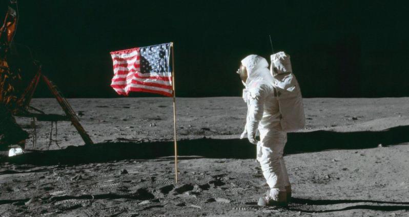نصب پرجم آمریکا توسط آپولو ۱۱ بر روی ماه
